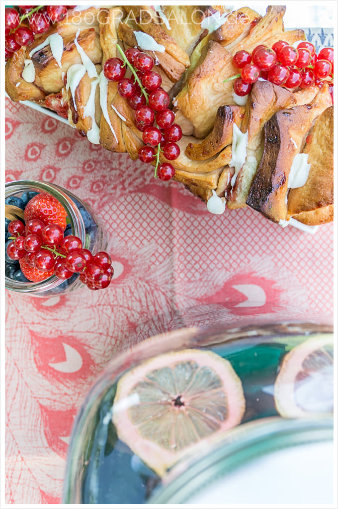 Holunderbeeren Bowle und Pull Apart Cake mit Johannisbeeren Rezept