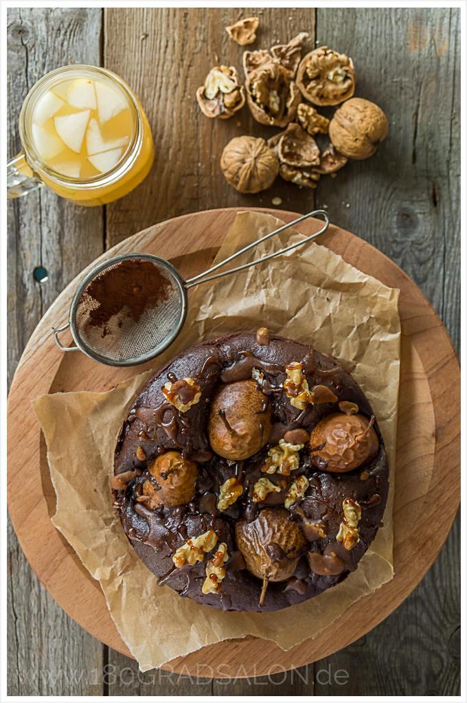 Versunkene Bratbirne im Schokoladen Kuchen mit Karamellguss | Rezept