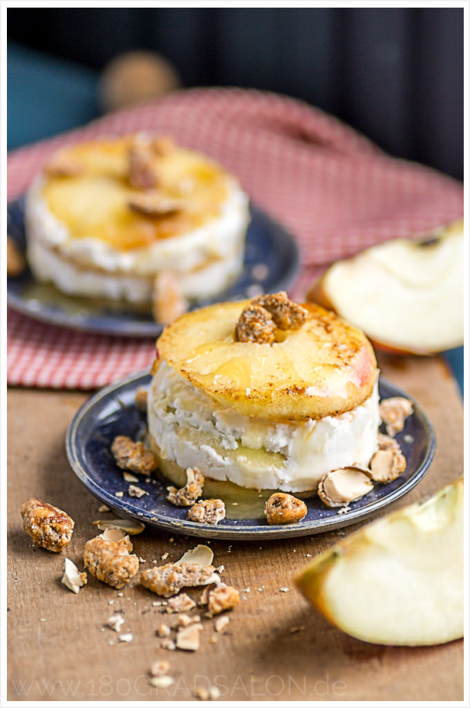 Rezept gebratener Apfel mit Ziegenfrischkäse, gebrannten Mandeln und Honig ǀ Weihnachtsmarkt Küche 180gradsalon.de