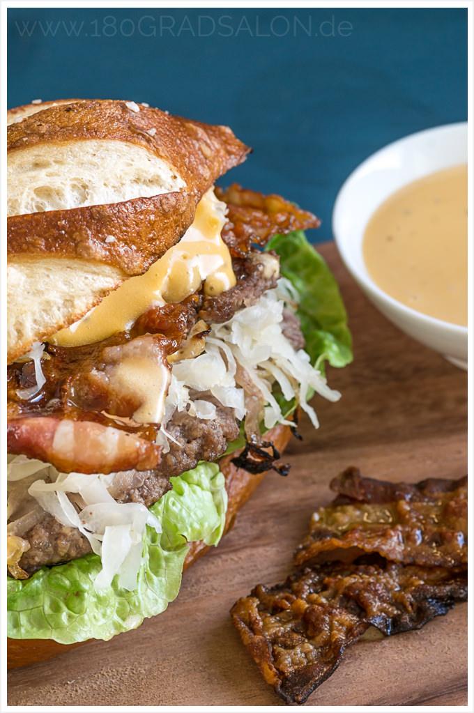 Rezept Homemade Burger mit Sauerkraut Frühstücksspeck Biersoße Laugenbrötchen