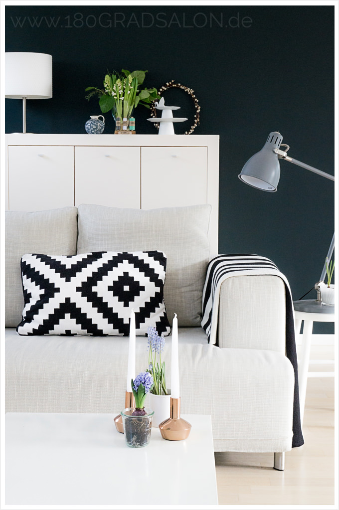 Wohnzimmer schwarz weiß Frühling Eames Stuhl