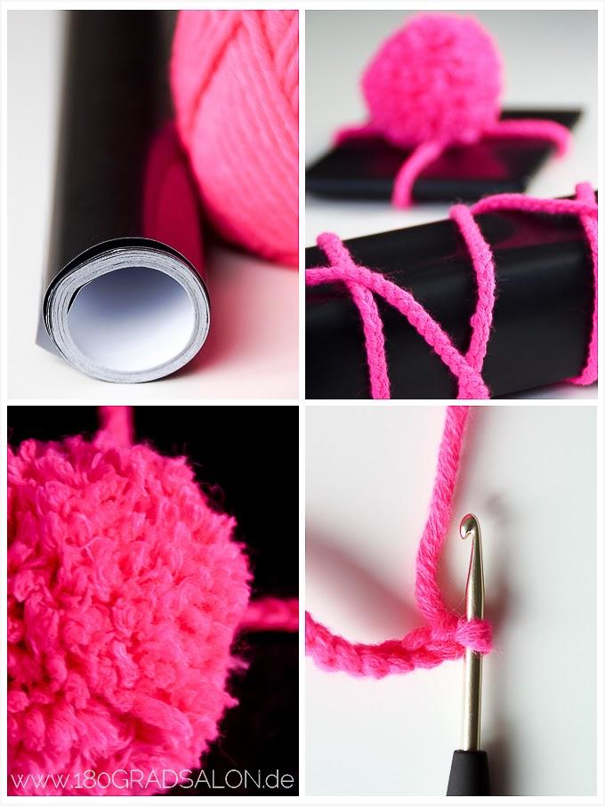 kreative geschenkverpackung mit pompons aus wolle und h kelband 180gradsalon. Black Bedroom Furniture Sets. Home Design Ideas