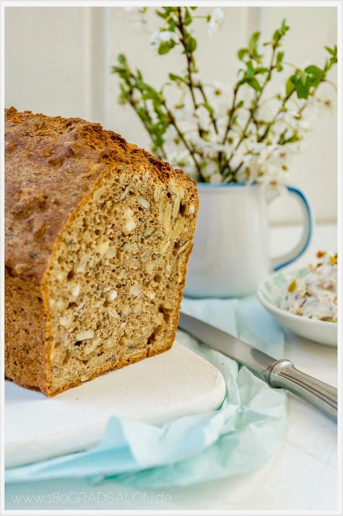 Rezept für ein Vollkorn Nuss Brot mit leicht scharfem Dattel Dip