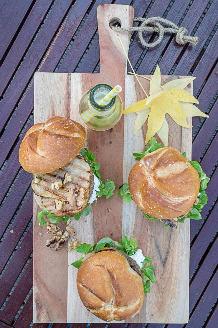 Wintergrillen Burger mit Ziegefrischkäse, Walnüssen, Feldsalat und Honig