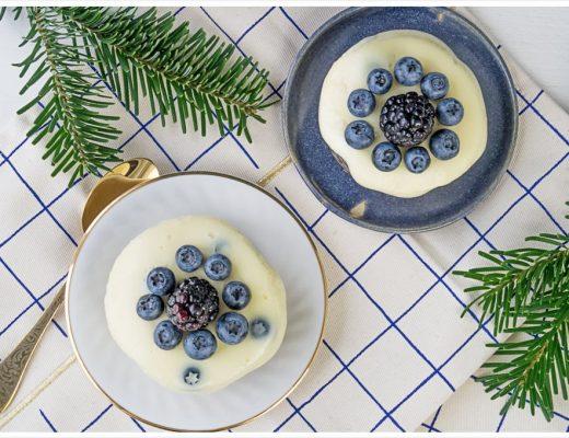 Spekulatius Käsekuchen mit weißer Schokolade und frischen Beeren