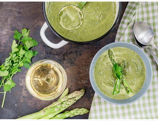 Kohlrabi Spinat Suppe mit grünem Spargel