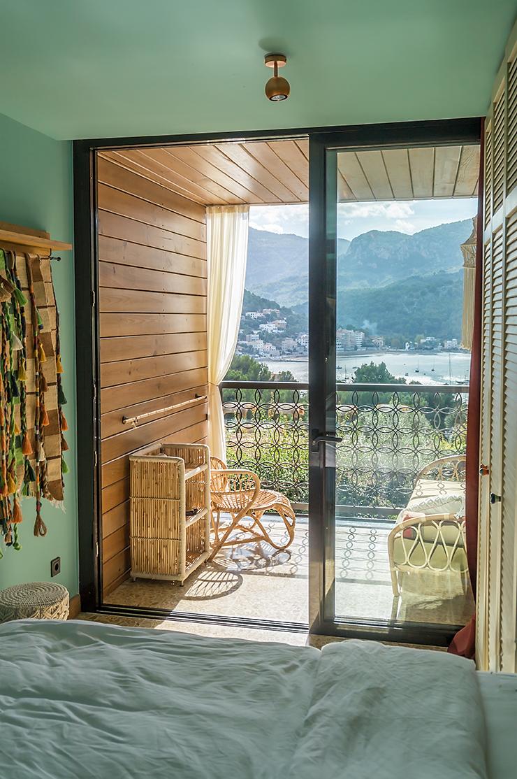 Mallorca Bikini Hotel Port de Soller Urlaub für Erwachsene im Design Hotel mit dem Restaurant Neni und Blick auf den Hafen und das Tramuntana Gebirge