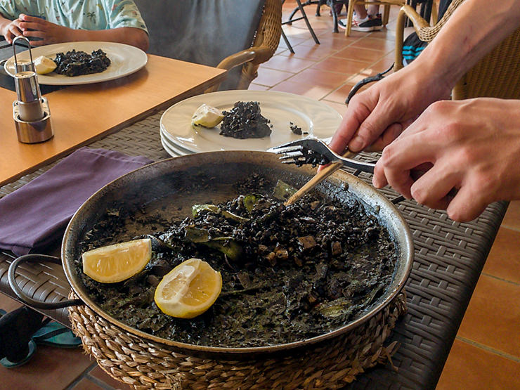 Mallorca Restaurant Mirador de la Victoria Tippf für schwarze Paella nach dem Wandern